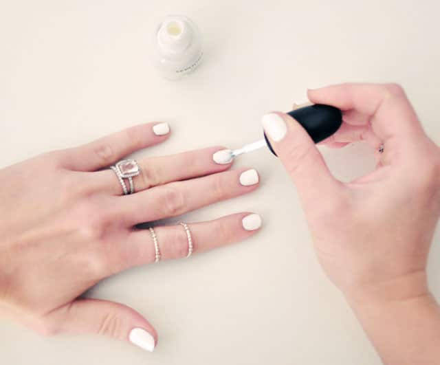 white-nails-DIY-1