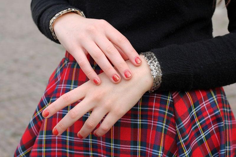 outfit-natale-manicure-smalto-rosso-glitter-tartan-paillettes