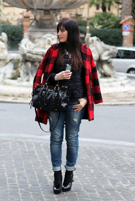 outfit cappotto check stivaletti tacco jeans boyfriend borsa miu miu