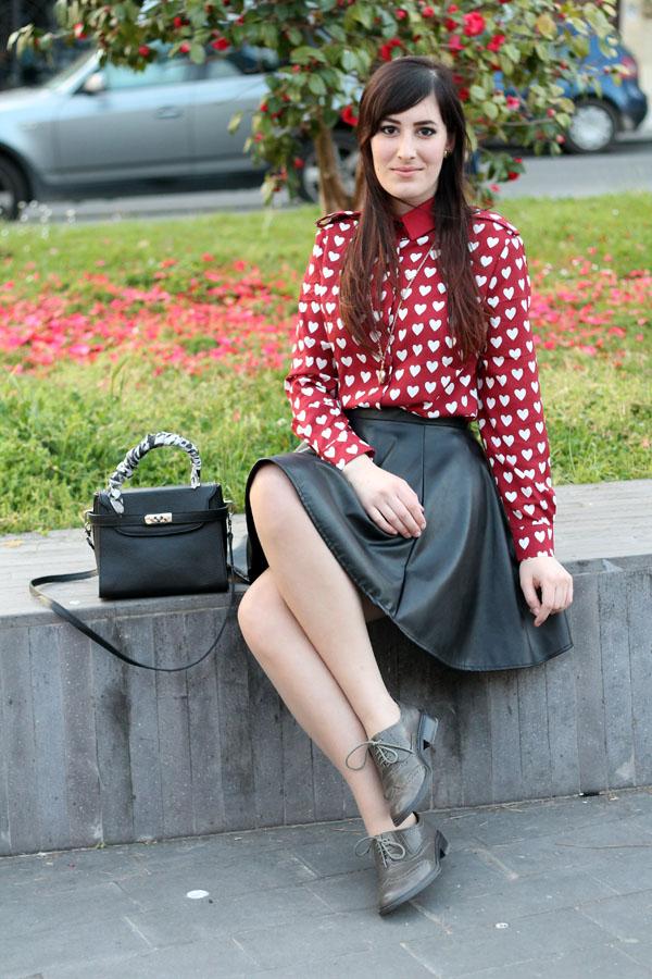 outfit bon ton primavera camicia cuori romwe burberry inspired gonna ruota pelle