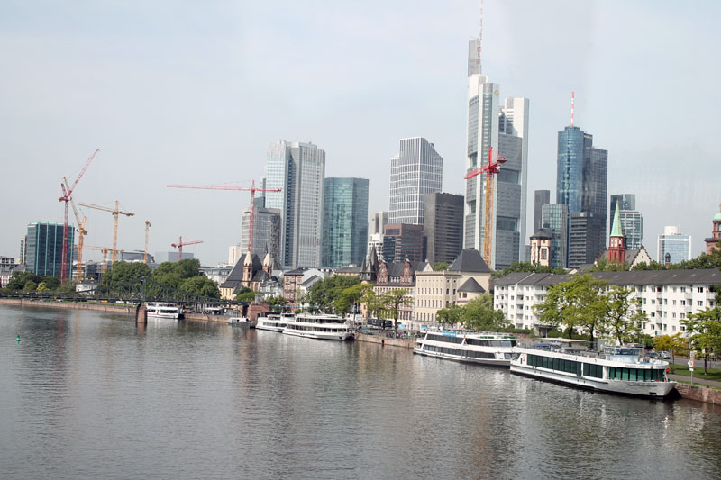 francoforte-vista-città-fiume-skyline-grattacieli