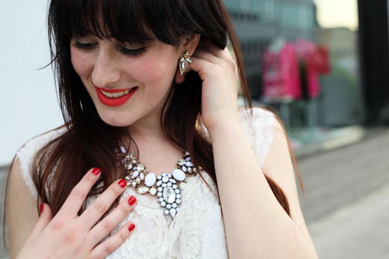 outfit elegante collana gioiello chicwish rossetto corallo matitone revlon