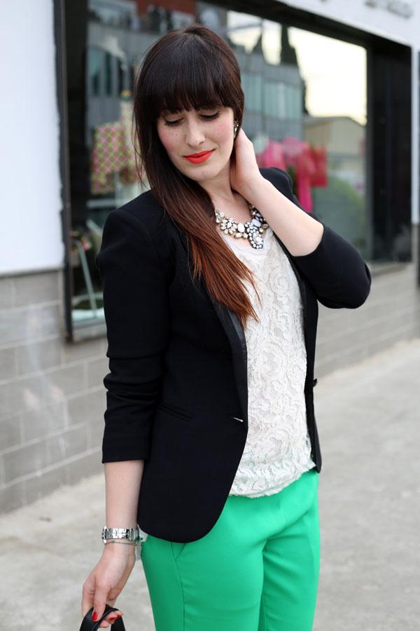 outfit-elegante-primavera-top-pizzo-risskio-pantaloni-verdi-silvian-heach-10