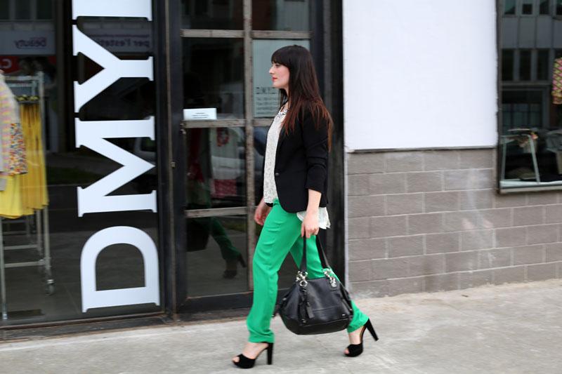 outfit elegante primavera top pizzo risskio pantaloni verde silvian heach tacchi