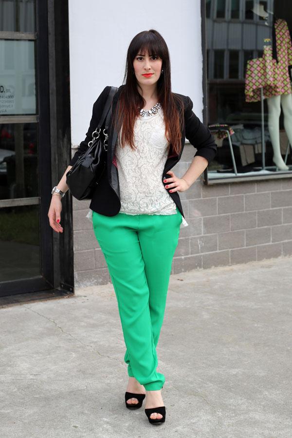 outfit-elegante-primavera-top-pizzo-risskio-pantaloni-verdi-silvian-heach-3