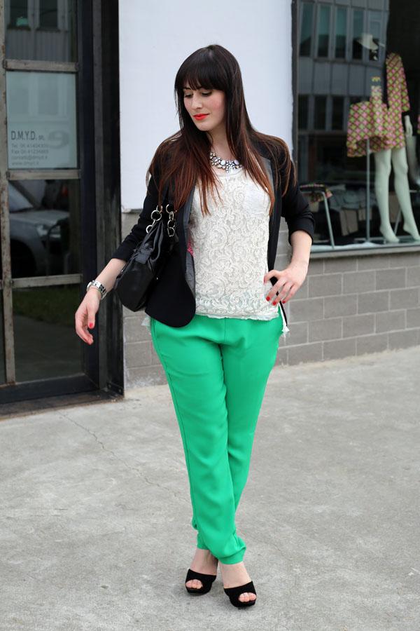 outfit-elegante-primavera-top-pizzo-risskio-pantaloni-verdi-silvian-heach-4