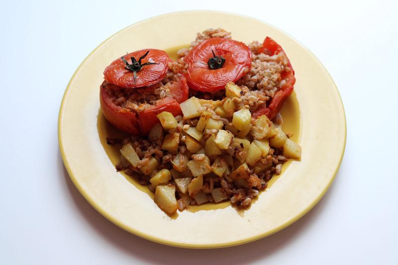 ricetta pomodori ripieni farro tonno patate cibo sano