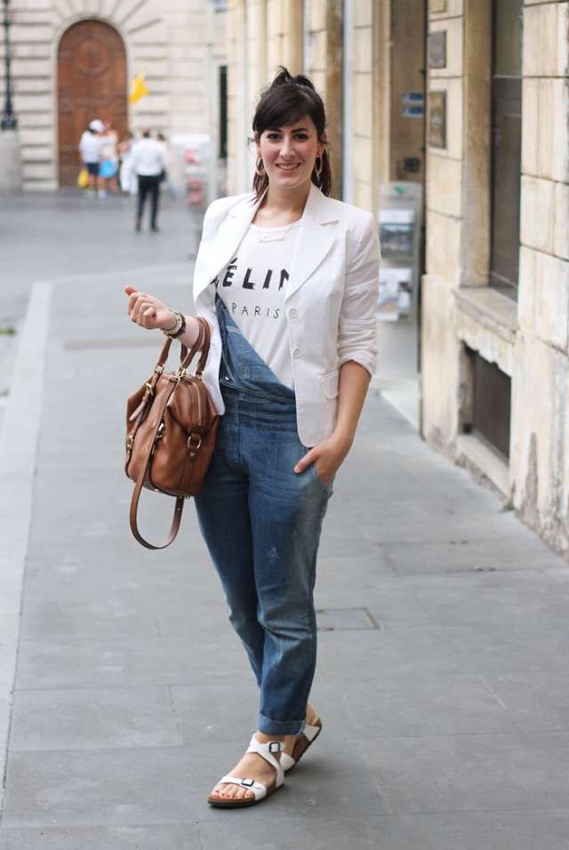 outfit casual chic salopette jeans blazer birkenstock