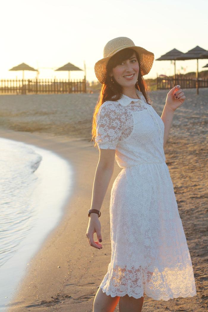 outfit estate mare vestito romantico pizzo chicwish spiaggia tramonto