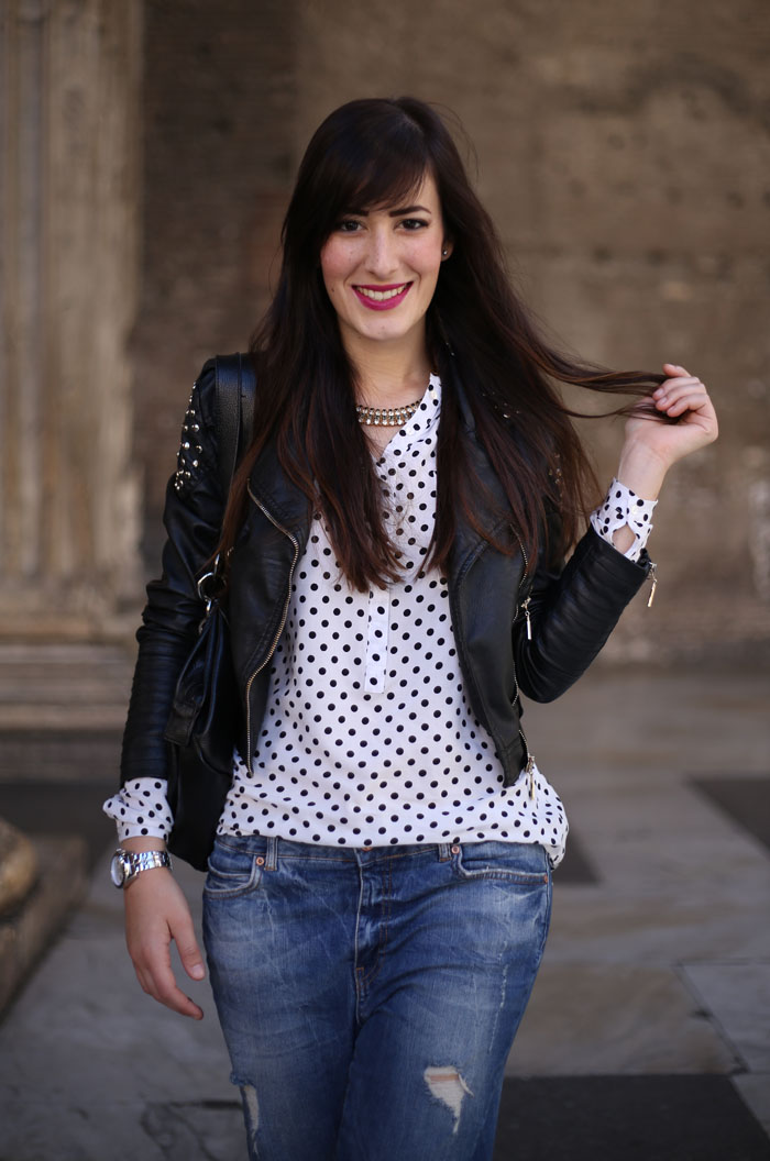 outfit boyfriend jeans cut out boots camicia pois pantheon roma