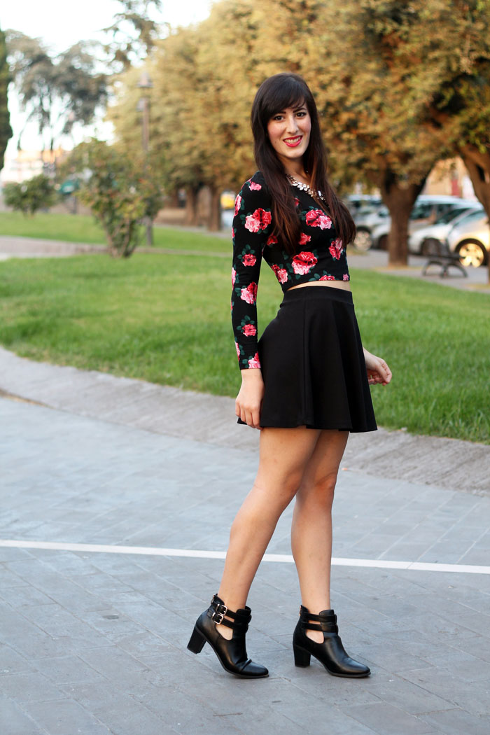 outfit-rock-romantico-gonna-ruota-crop-top-cut-out-boots-2