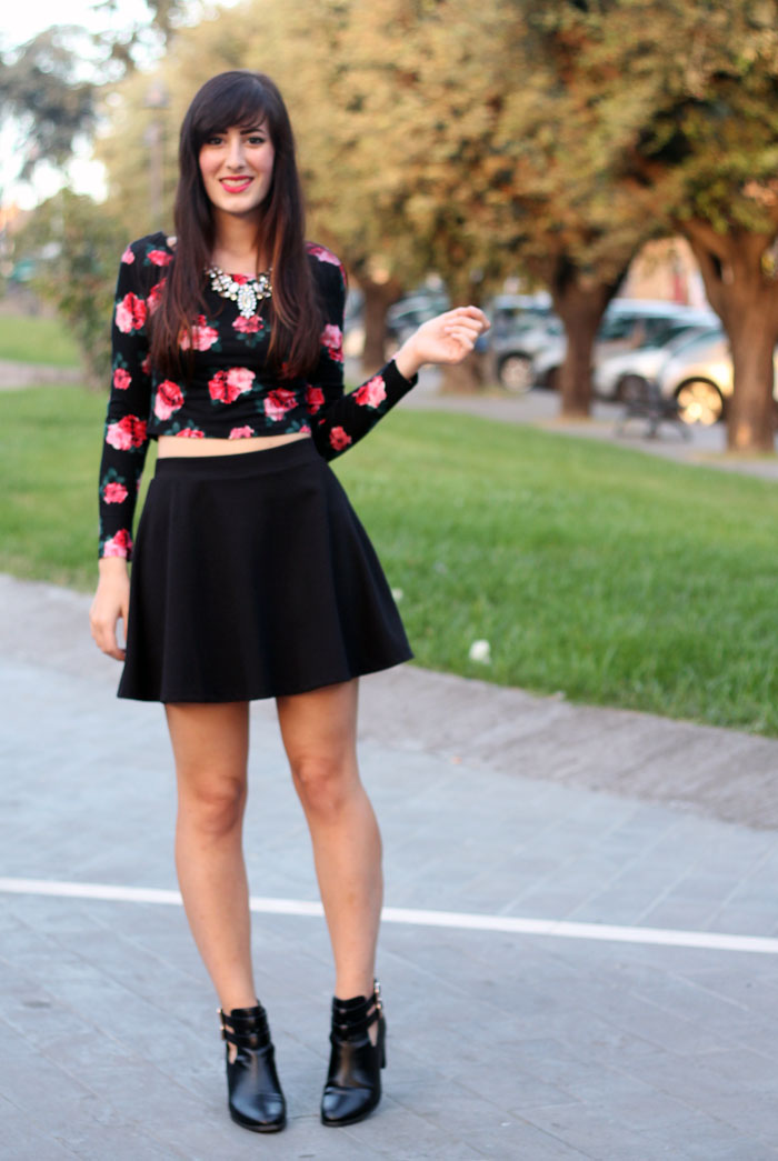 outfit-rock-romantico-gonna-ruota-crop-top-cut-out-boots-3