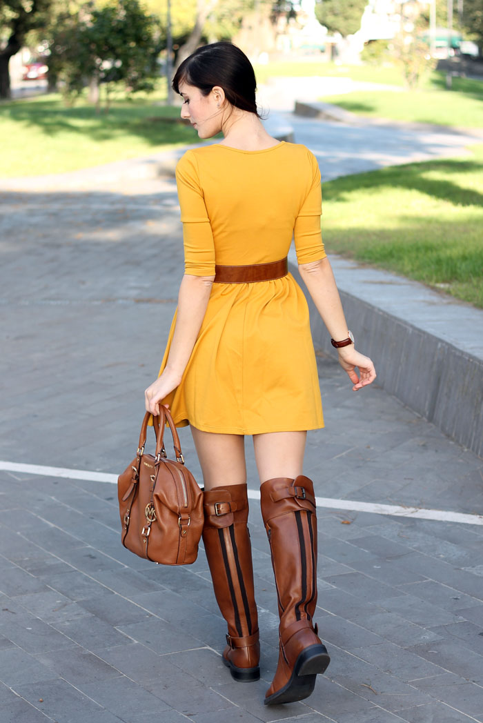 outfit-autunno-vestito-senape-stivali-aldo-shoes-borsa-michael-kors-10