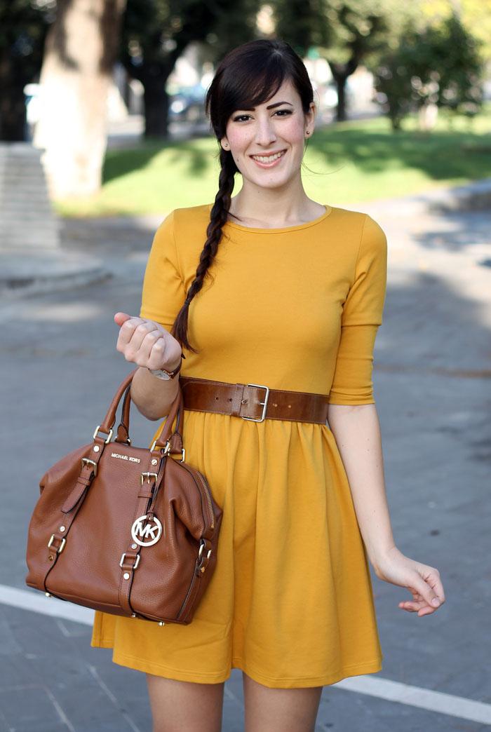outfit-autunno-vestito-senape-stivali-aldo-shoes-borsa-michael-kors-3
