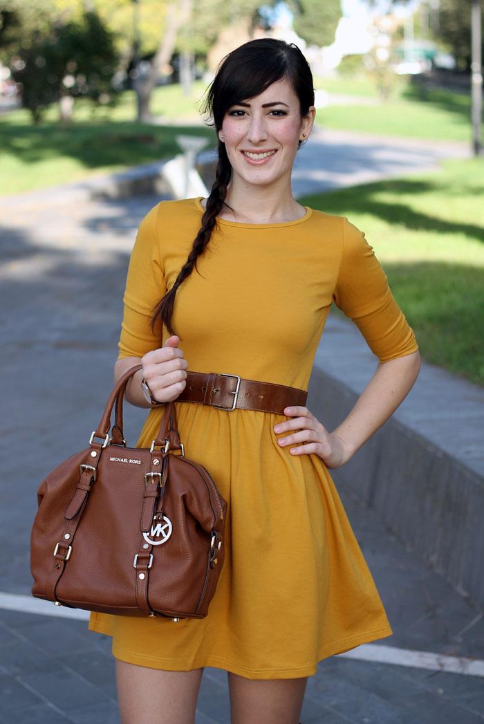 outfit-autunno-vestito-senape-stivali-aldo-shoes-borsa-michael-kors-8
