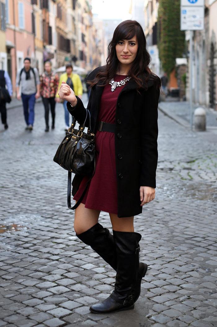 outfit-invernale-vestito-burgundy-stivali-over-the-knee-borsa-miu-miu-2