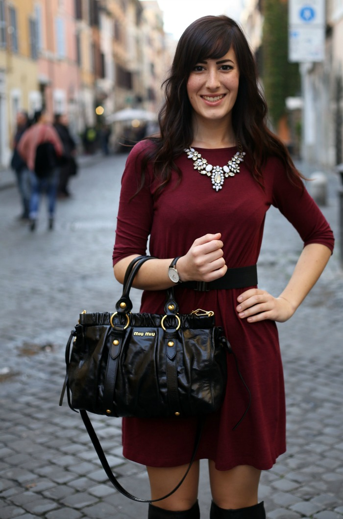 outfit-invernale-vestito-burgundy-stivali-over-the-knee-borsa-miu-miu-4