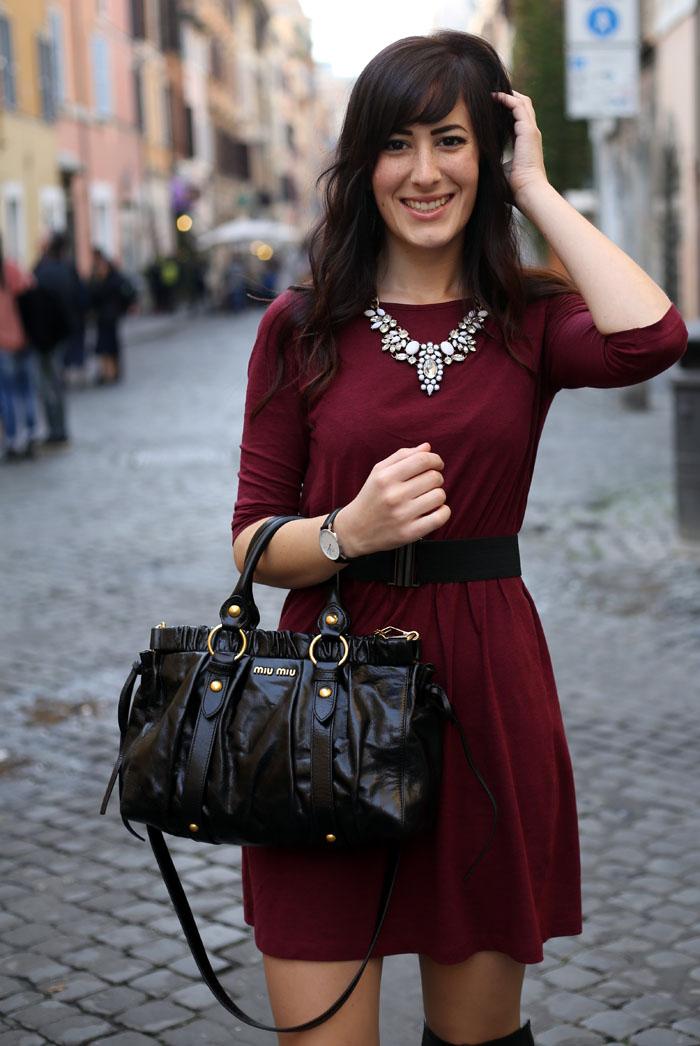 outfit-invernale-vestito-burgundy-stivali-over-the-knee-borsa-miu-miu-5
