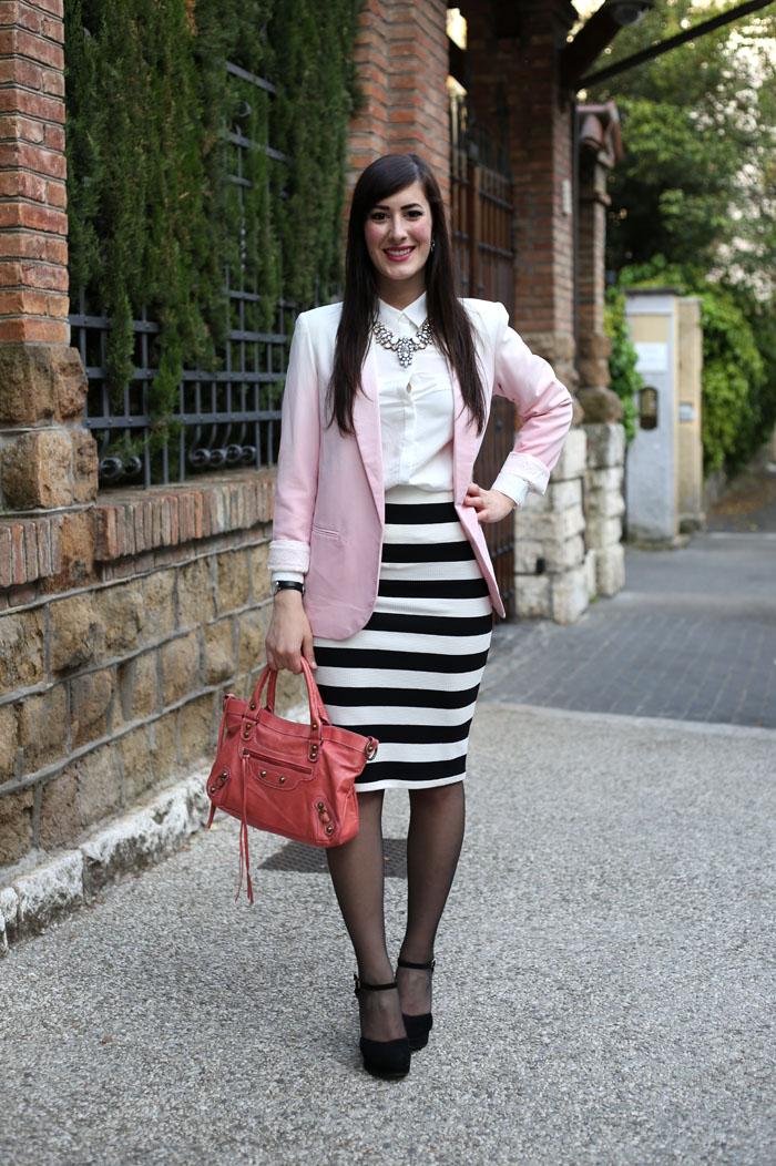 size 40 75a96 d4577 Bianco, nero e rosa: un outfit elegante con gonna a tubino e ...