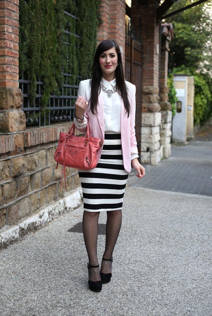 outfit gonna tubino longuette righe bianco nero balenciaga rosa