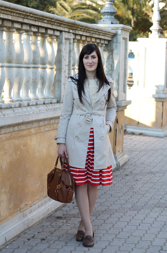 outfit primavera turista weekend mare gonna righe marinara trench