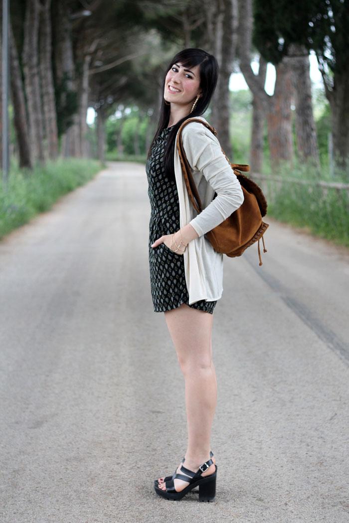 outfit tutina brandy melville sandali aldo shoes zainetto chitarra boho hippie