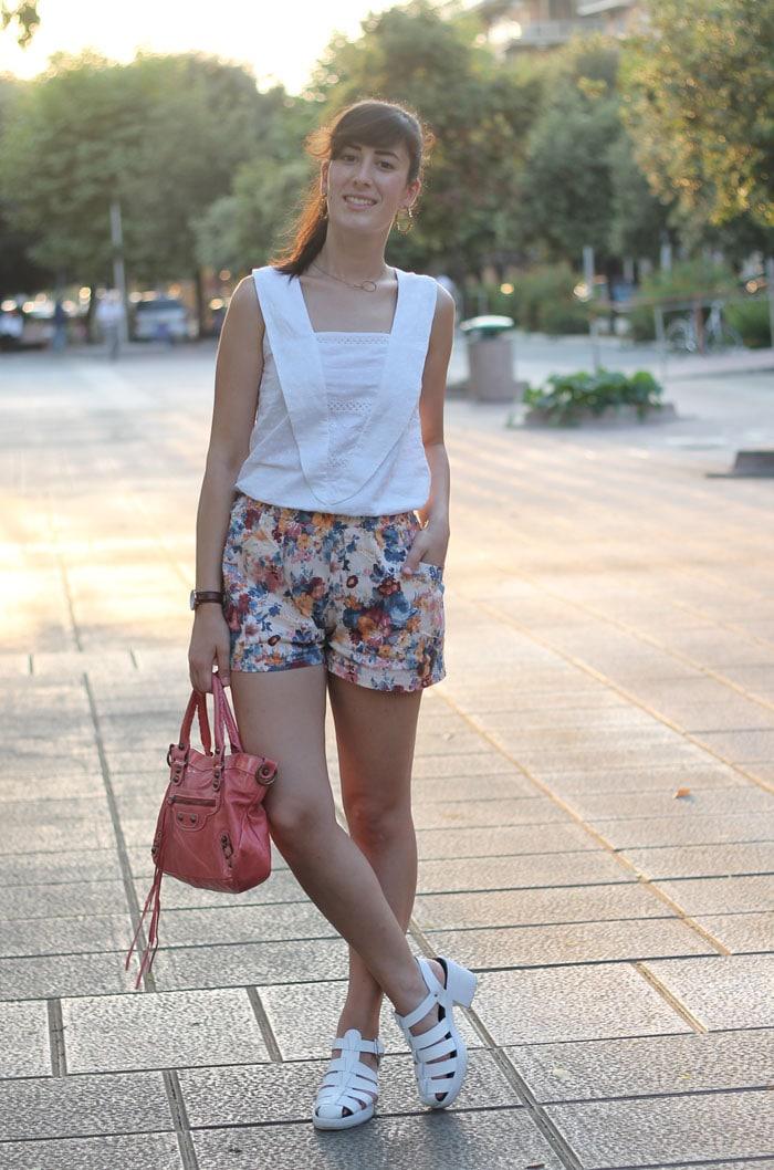 outfit carino estate contro il caldo shorts top sandali ragnetto