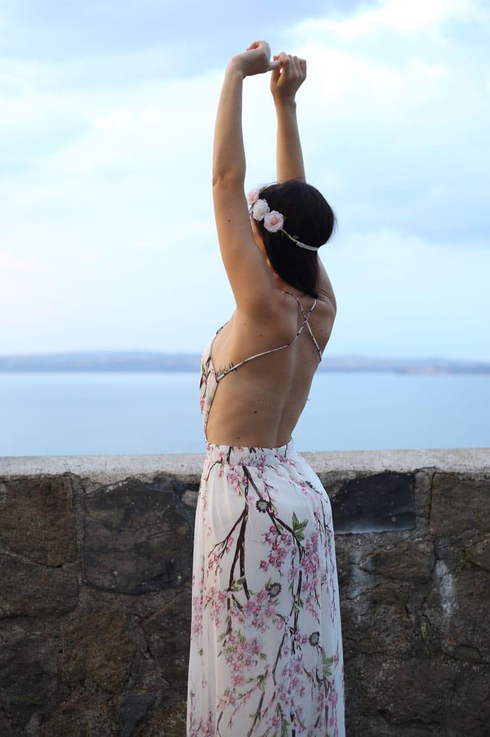 outfit-estate-vestito-fiori-lungo-schiena-nuda-hippie-boho-1