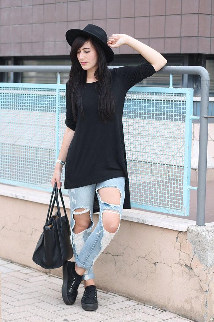 outfit anni novanta ripped jeans cappello nero flatform