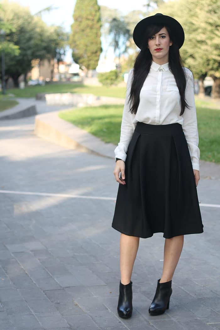 outfit-midi-skirt-nera-camicia-bianca-cappello-2
