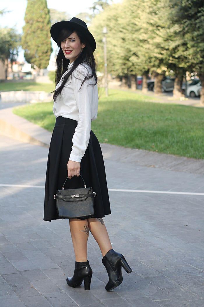 outfit-midi-skirt-nera-camicia-bianca-cappello-3