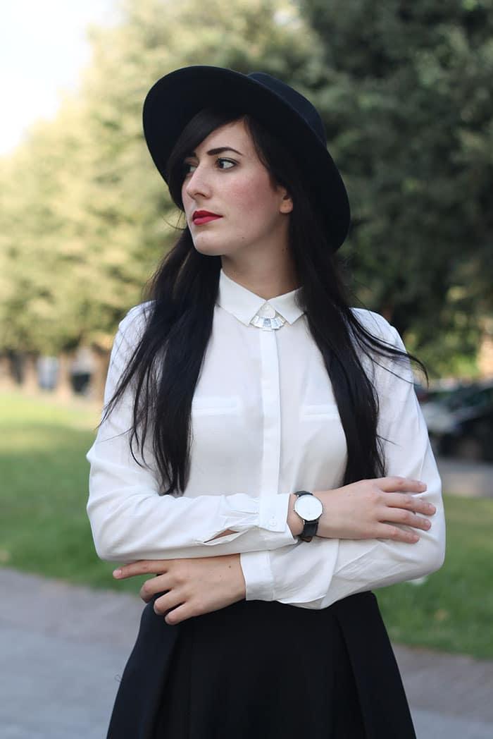 outfit-midi-skirt-nera-camicia-bianca-cappello-5