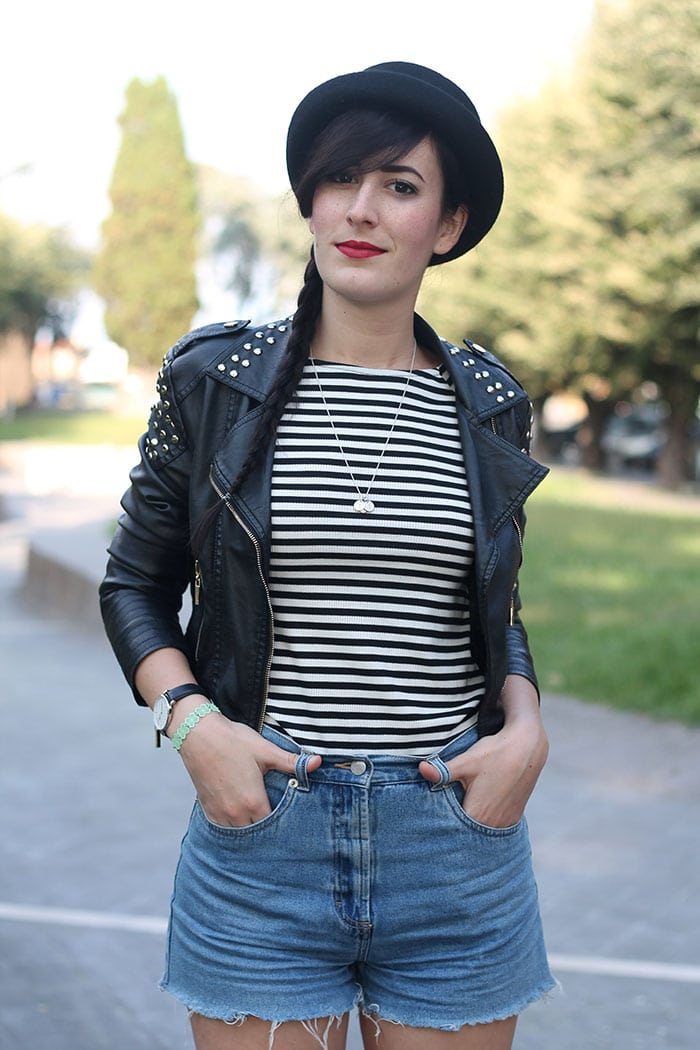 outfit-rock-hipster-shorts-jeans-maglia-righe-bombetta-7