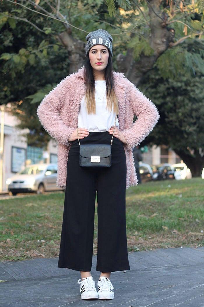 outfit-pantaloni-culottes-pelliccia-rosa-borsa-kate-1a