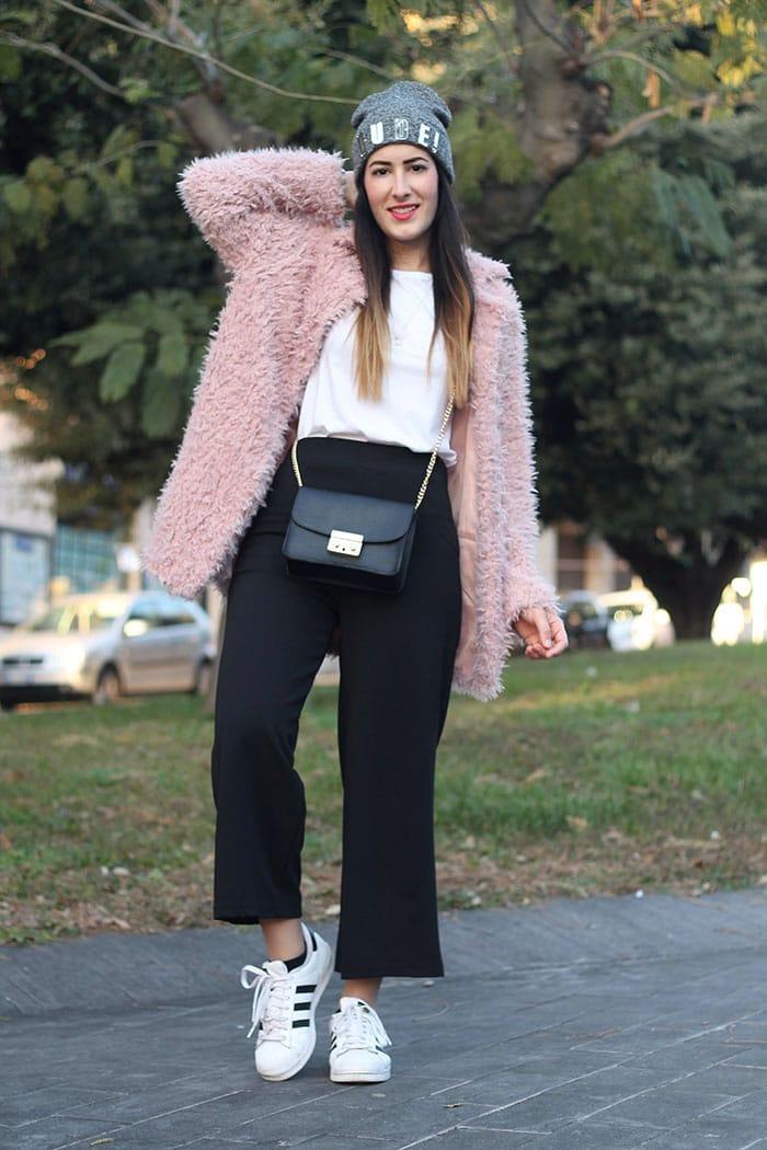 outfit-pantaloni-culottes-pelliccia-rosa-borsa-kate-2a