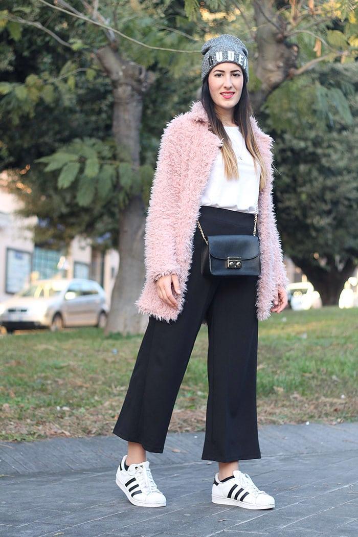 outfit-pantaloni-culottes-pelliccia-rosa-borsa-kate-3a