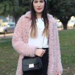 outfit pantaloni culottes pelliccia rosa borsa kate