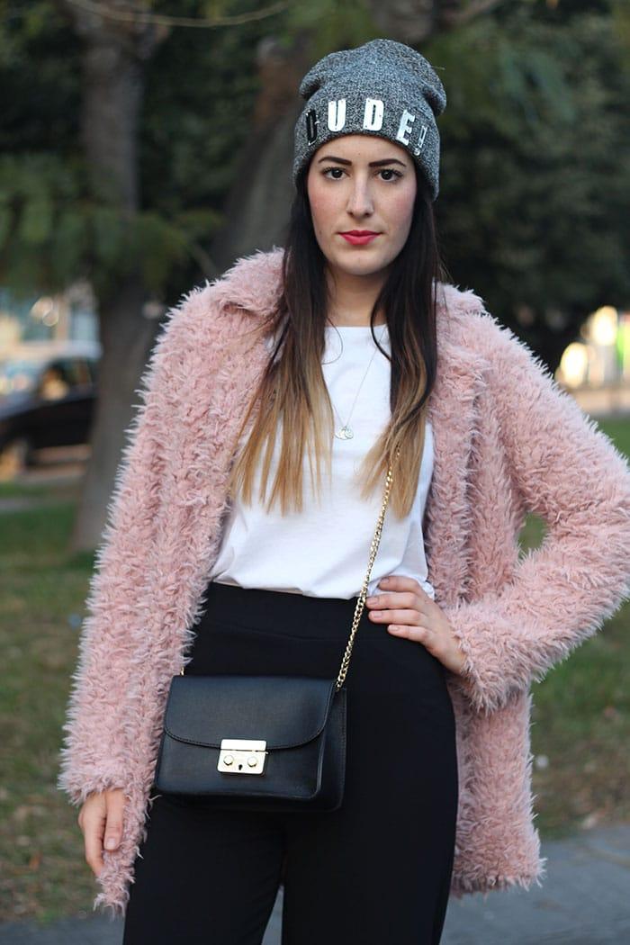 outfit-pantaloni-culottes-pelliccia-rosa-borsa-kate-5