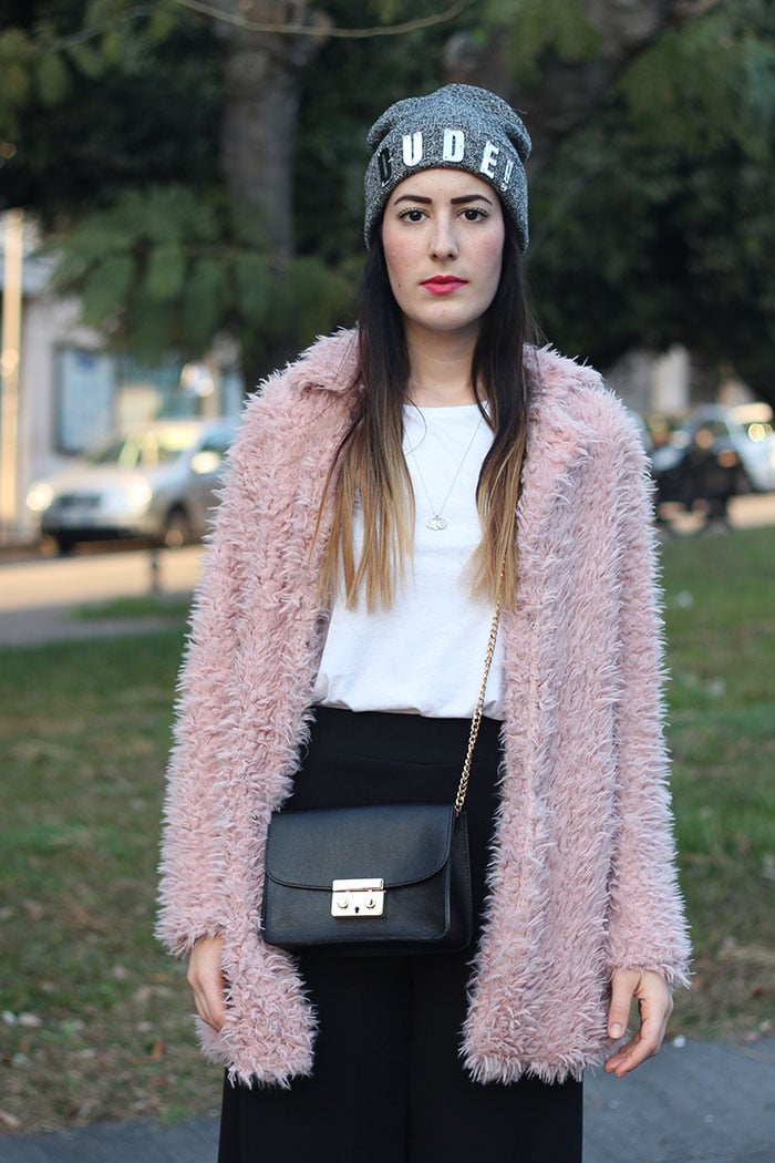 outfit-pantaloni-culottes-pelliccia-rosa-borsa-kate-6