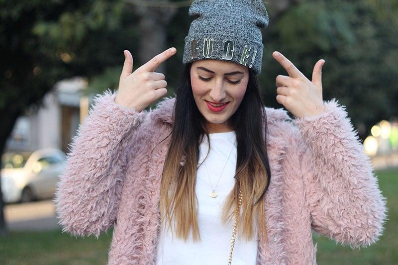 outfit-pantaloni-culottes-pelliccia-rosa-borsa-kate-7