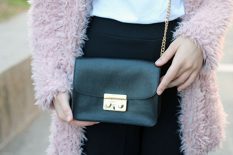 outfit-pantaloni-culottes-pelliccia-rosa-borsa-kate-9