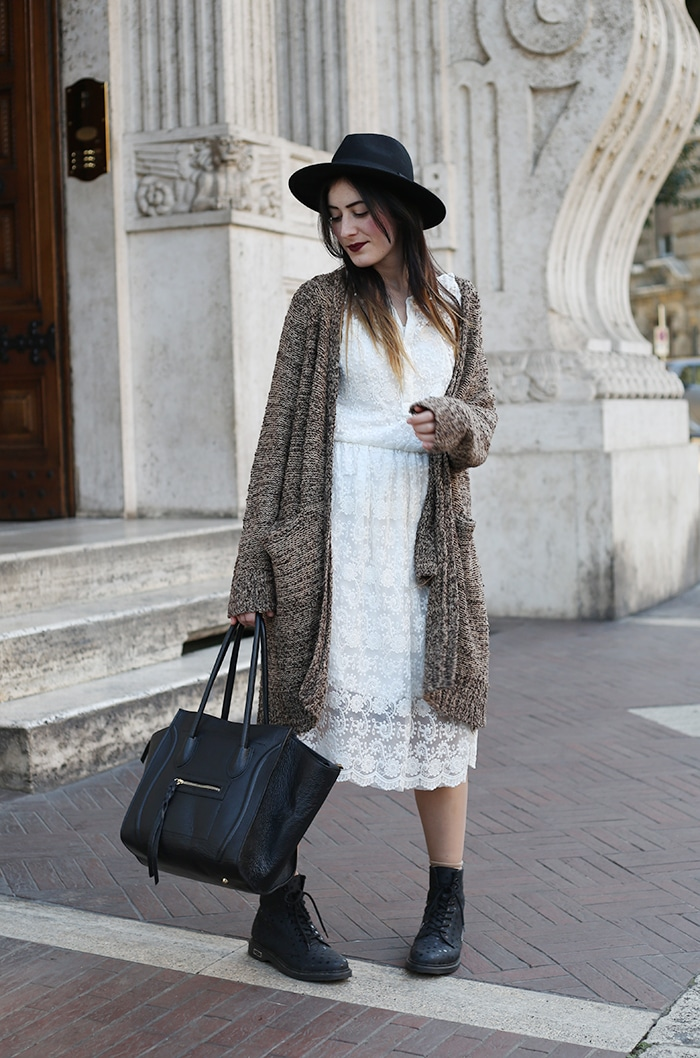 outfit boho vestito pizzo bianco anfibi cult shoes