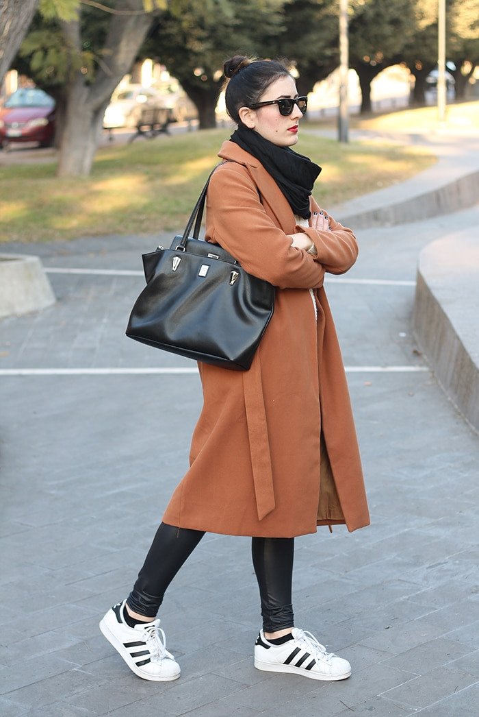 outfit-casual-normcore-sporty-camel-coat-adidas-superstar-3