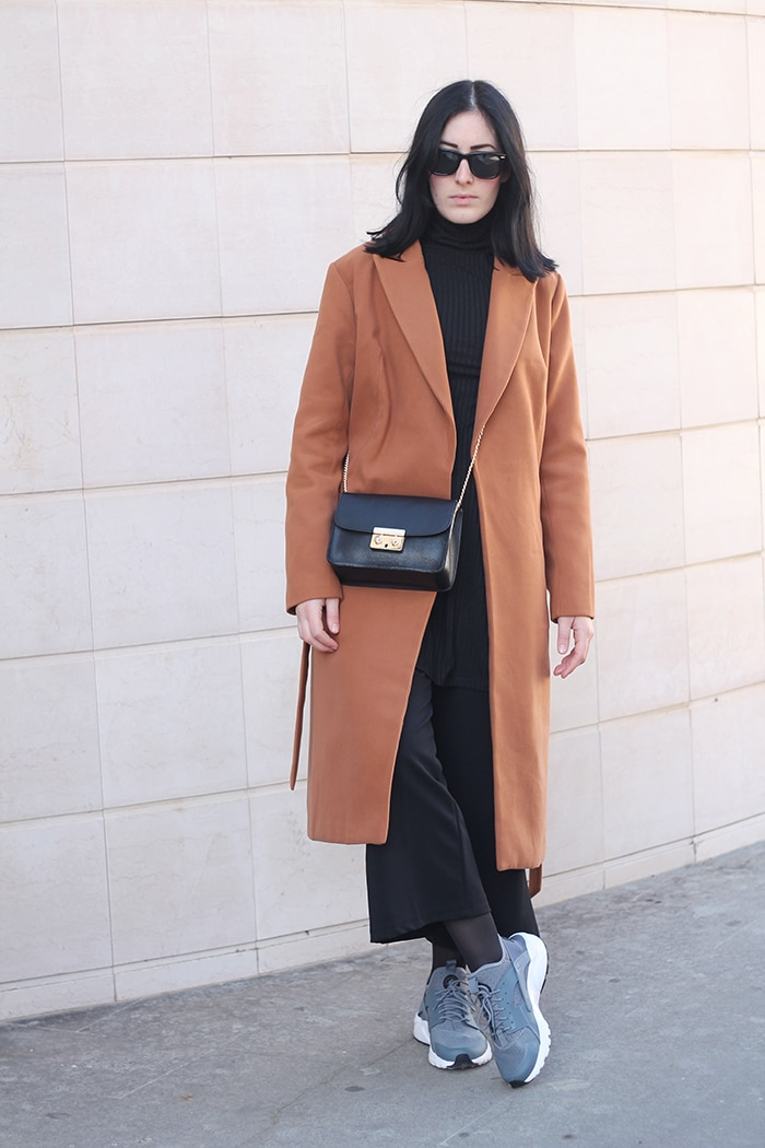 outfit-sporty-chic-nike-huarache-total-black-camel-coat-1