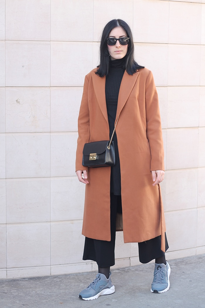 outfit-sporty-chic-nike-huarache-total-black-camel-coat-3
