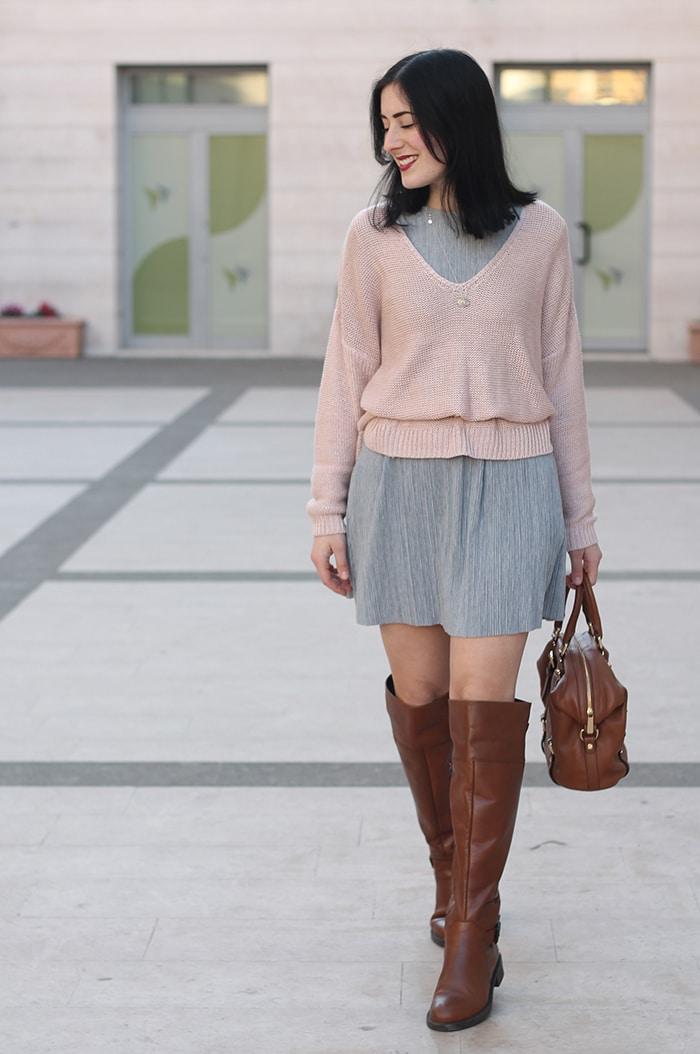 outfit-primavera-vestito-grigio-maglione-rosa-accessori-cuoio-1
