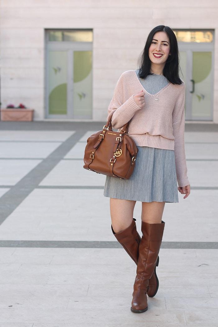 outfit-primavera-vestito-grigio-maglione-rosa-accessori-cuoio-2