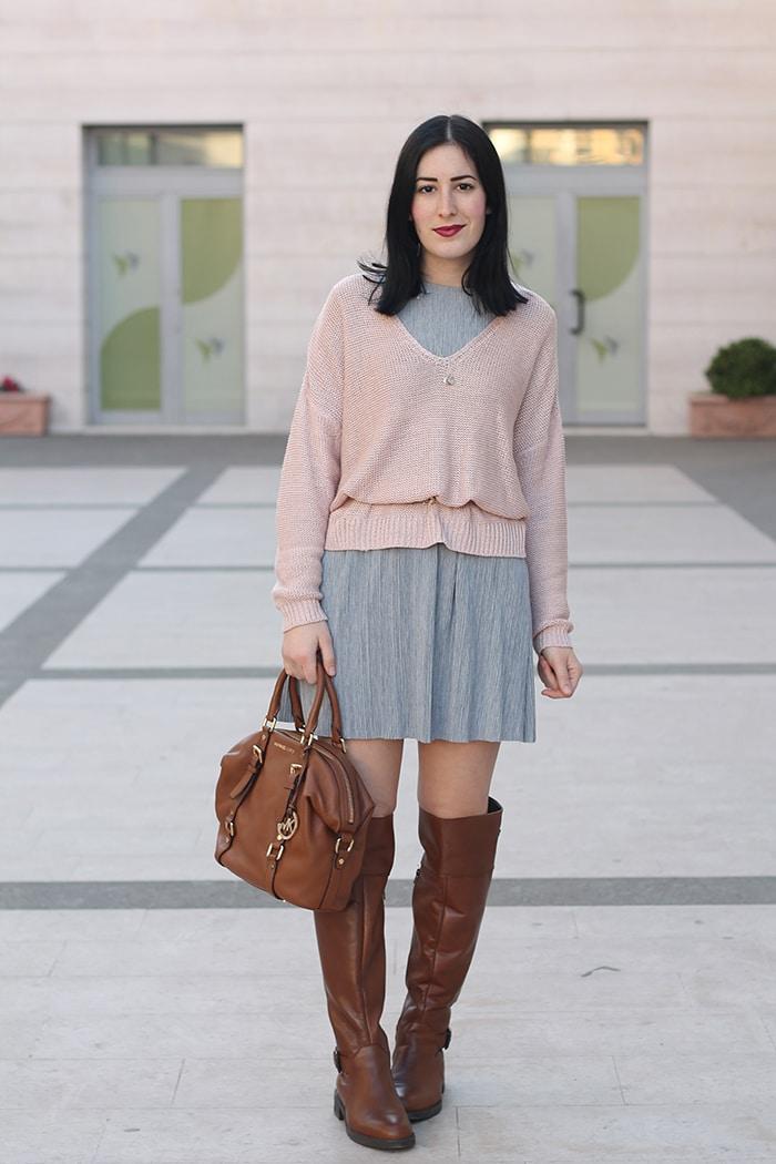 outfit-primavera-vestito-grigio-maglione-rosa-accessori-cuoio-3