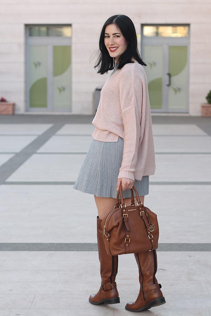 outfit-primavera-vestito-grigio-maglione-rosa-accessori-cuoio-4