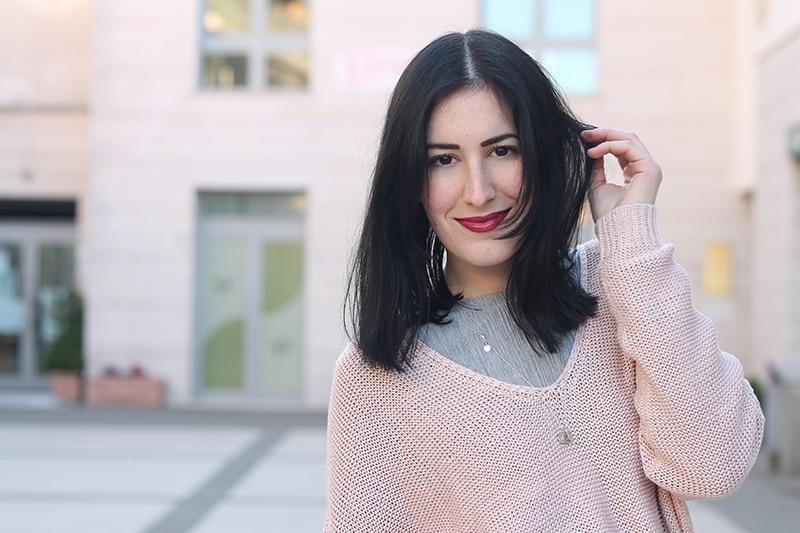 outfit-primavera-vestito-grigio-maglione-rosa-accessori-cuoio-5